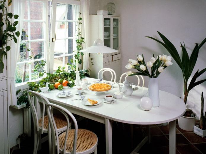 цветы на полу кухни