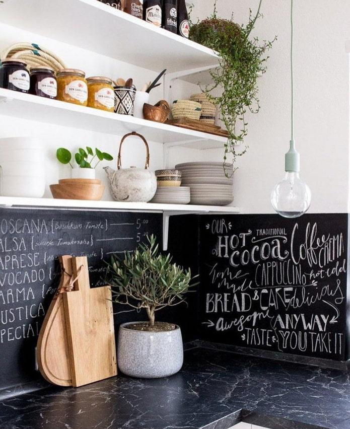 цветы на полках кухни