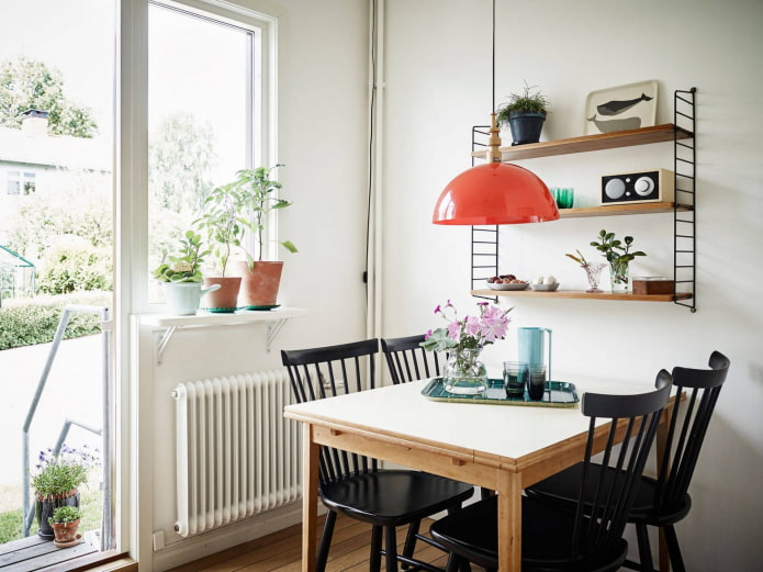 цветы на окне кухни