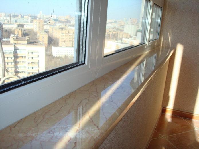 мраморный подоконник на балконе