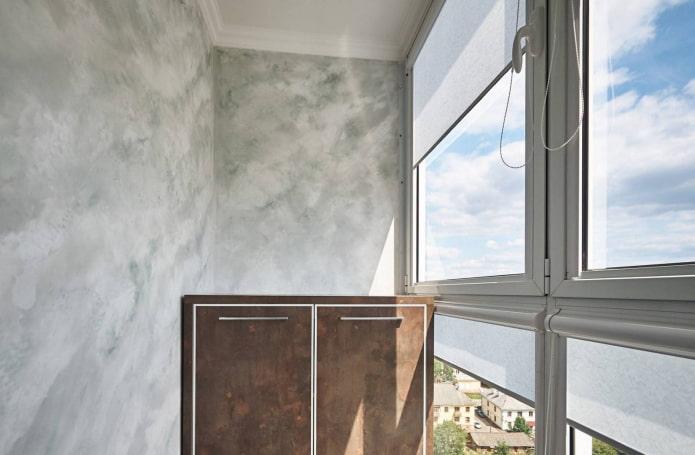 отделка стен балкона под мрамор