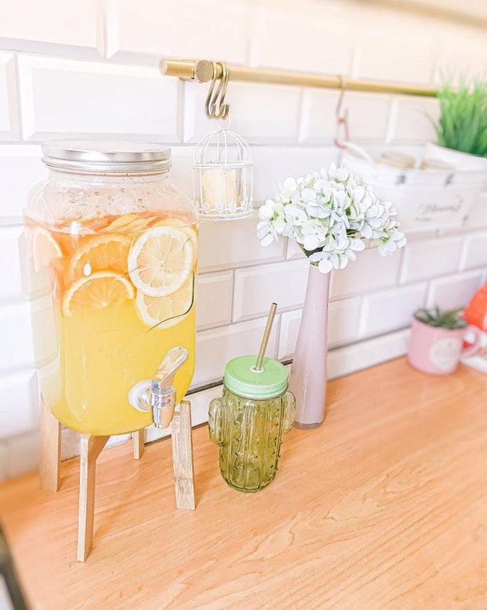 Лимонадница на столшнице