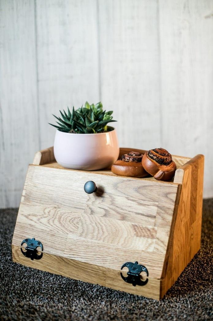 Деревянная хлебница с полкой