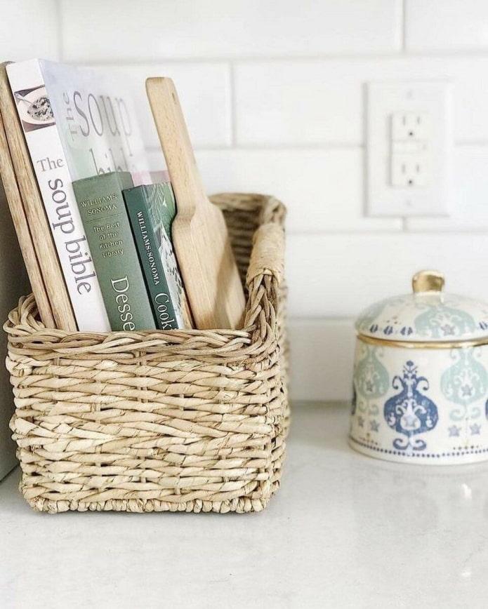 Книги в плетеной корзинке