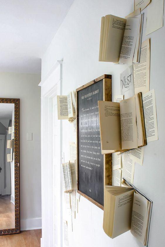 Меловая доска в окружении книг
