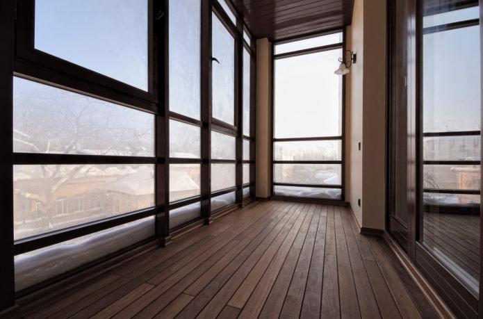 чем отделать пол на балконе