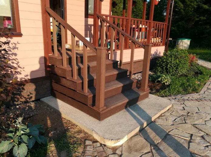 лестница из декинга у дома