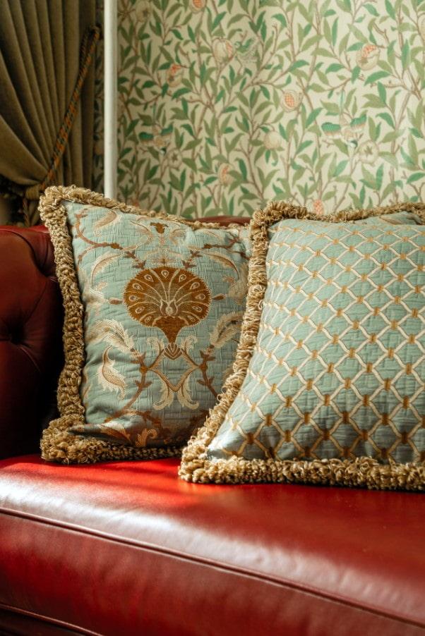 подушки в британском стиле