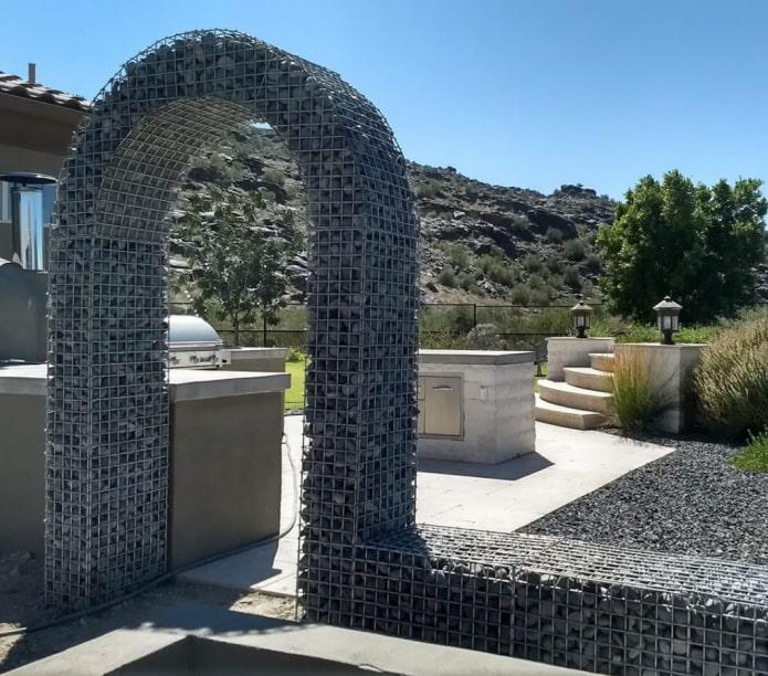 арка из габионов