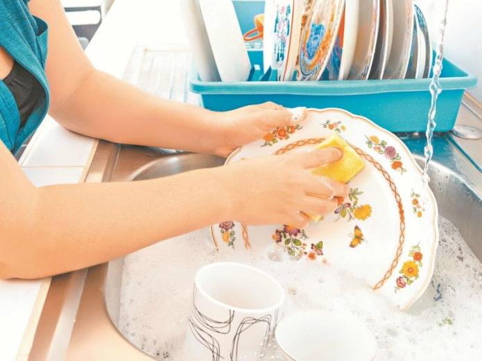 мытье посуды с губкой