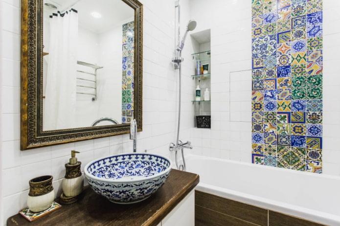 įmontuotos lentynos vonios kambaryje