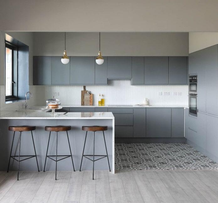 серый глянцевый гарнитур в белой кухне с мозаичным полом