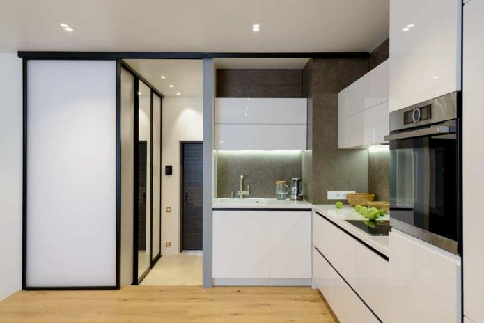 небольшая кухня с серыми стенами, светлым деревянным полом и белой мебелью
