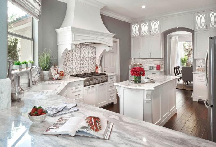 просторная классическая кухня с серыми стенами