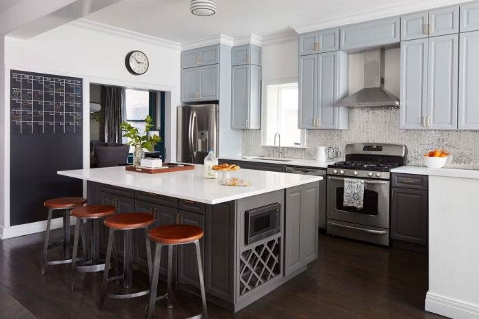 кухня с несколькими оттенками серого цвета в мебельном гарнитуре и стенах