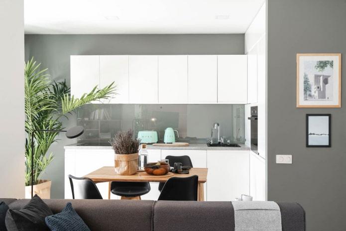 кухня с серо-зелеными стенами и белоснежной глянцевой мебелью