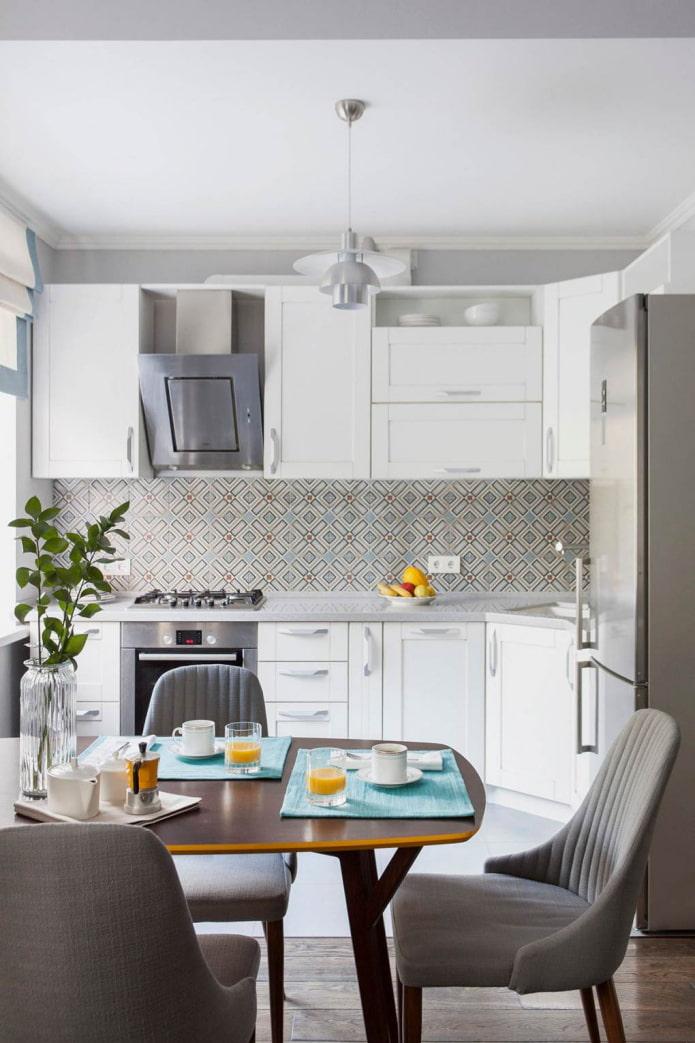 кухонный фартук из бело-бирюзовой мозаики