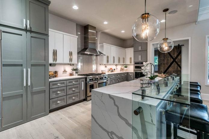 стеклянные и металлические элементы в серо-белой кухне