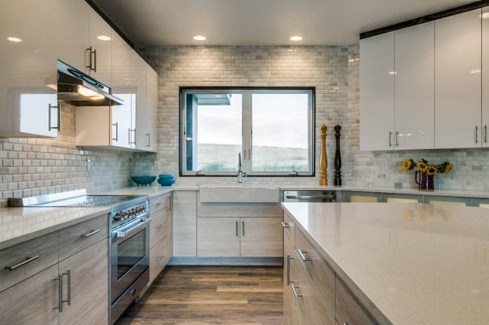 окрашенные кирпичные стены в серо-белой кухне