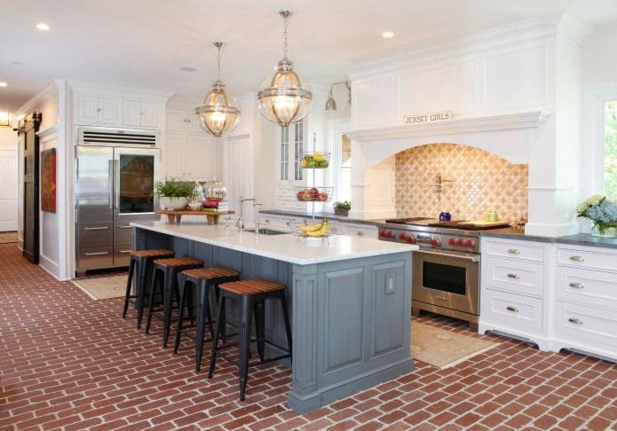 пол на серо-белой кухне в виде красной кирпичной кладки
