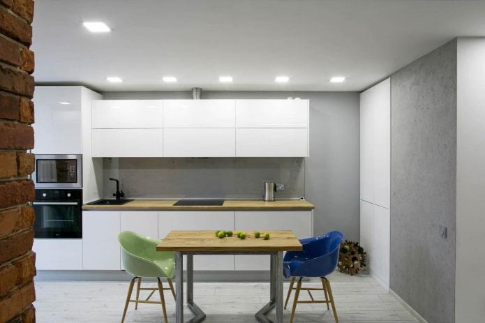разноцветные пластиковые стулья в серо-белой кухне