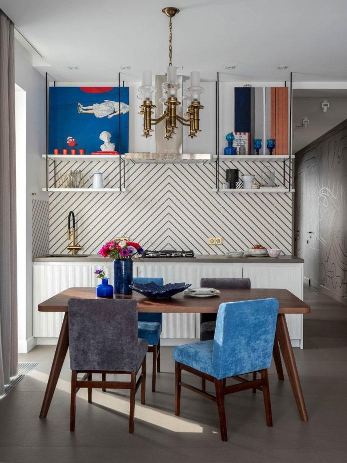 синие и красные акценты в серо-белой кухне