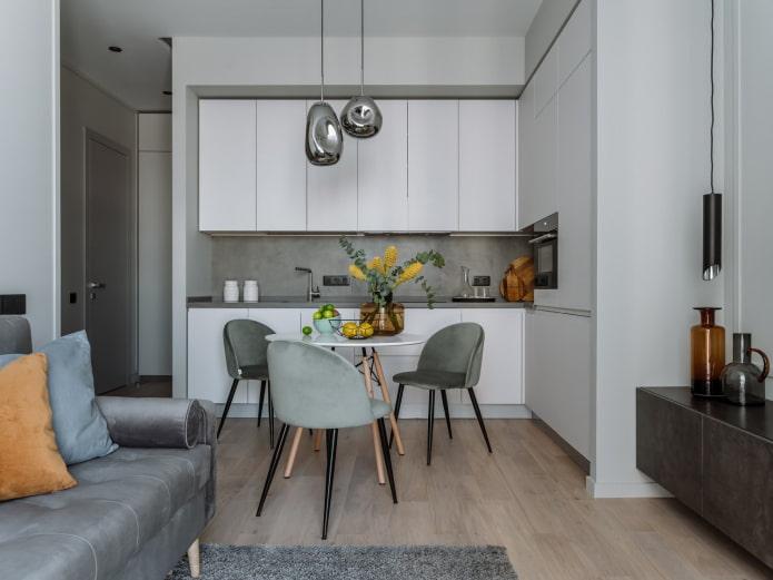 несколько интересных оттенков серого в кухонной мягкой мебели и диванных подушках