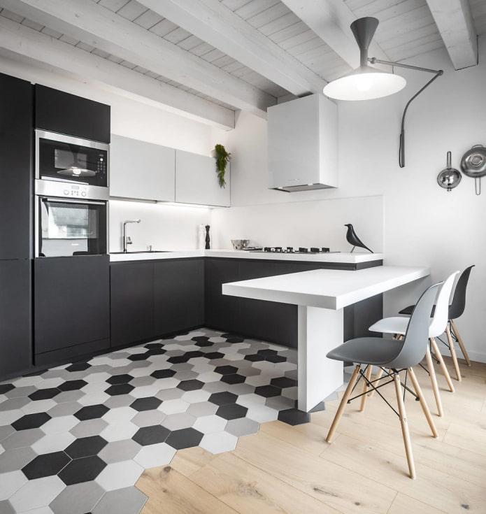 красивое сочетание плитки и древесины на полу серо-белой кухни