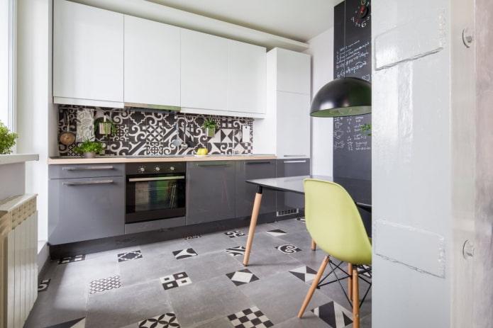 серо-белая кухня с мозаикой на полу и на фартуке