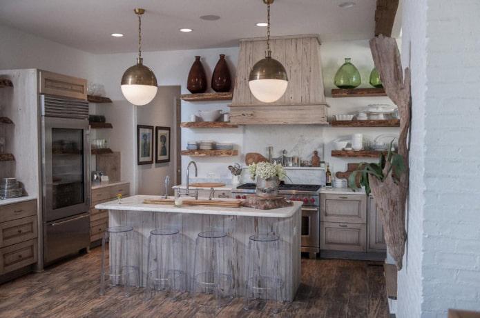 кухня в стиле прованс в серо-белой гамме с элементами натурального дерева