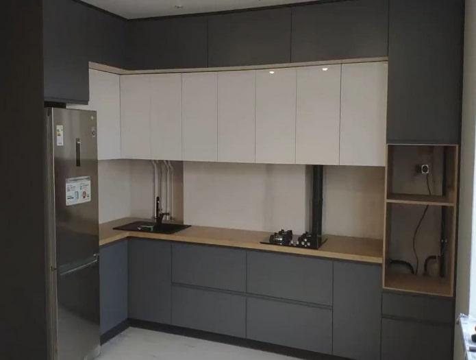 светлый деревянный пол на серо-белой кухне