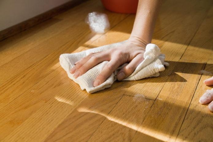Чем лучше мыть пол: руками или шваброй?