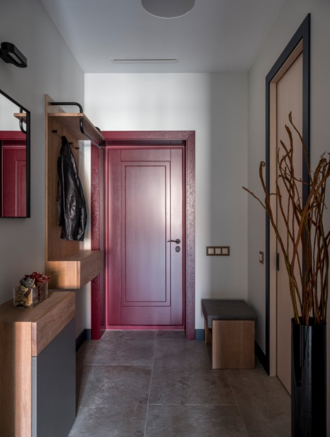 прихожая с красной дверью