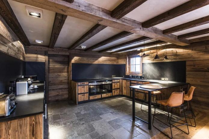просторная кухня в загородном доме