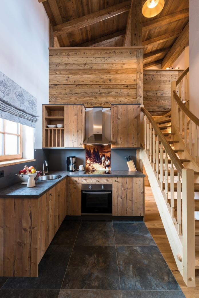 кухня в доме под лестницей