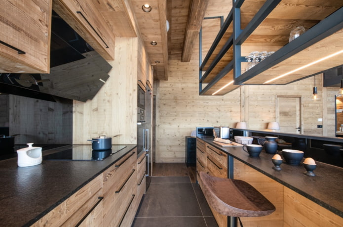 деревянная кухня с черными элементами