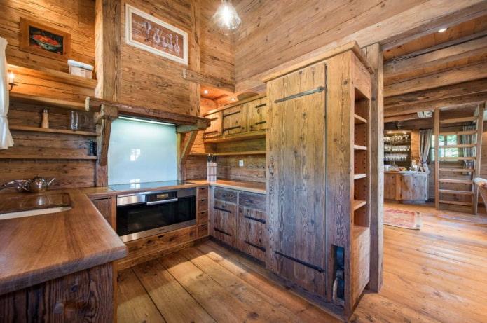 встраиваемый холодильник на деревянной кухне
