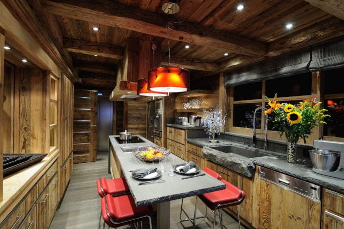 яркие стулья на кухне
