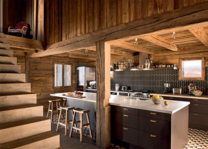 черный кухонный гарнитур в деревянном доме