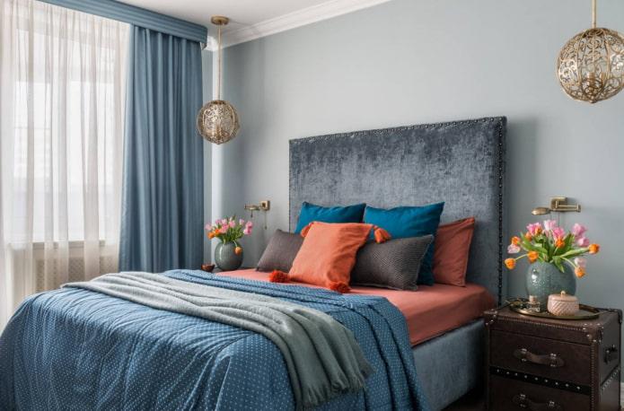 кровать в бархатной обивке