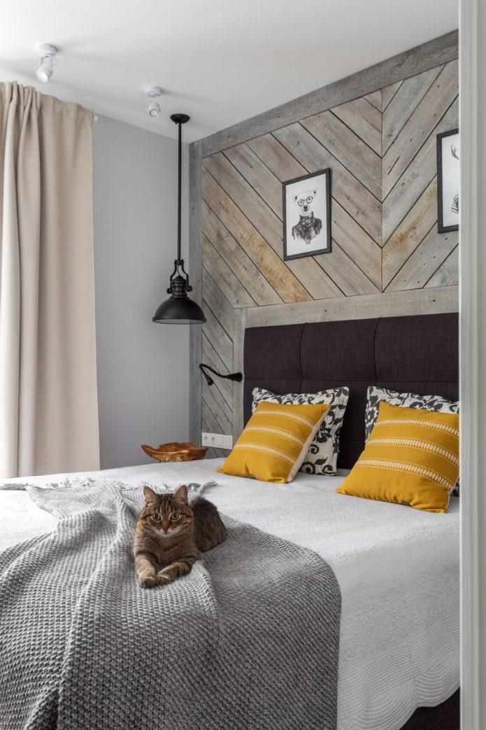 деревянное панно на стене в спальне