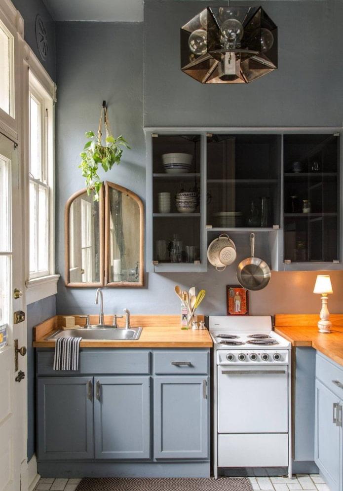 маленькая серо-голубая кухня