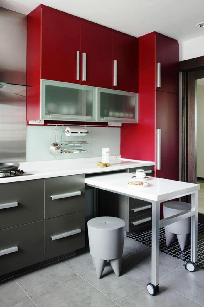 маленькая серо-бело-красная кухня