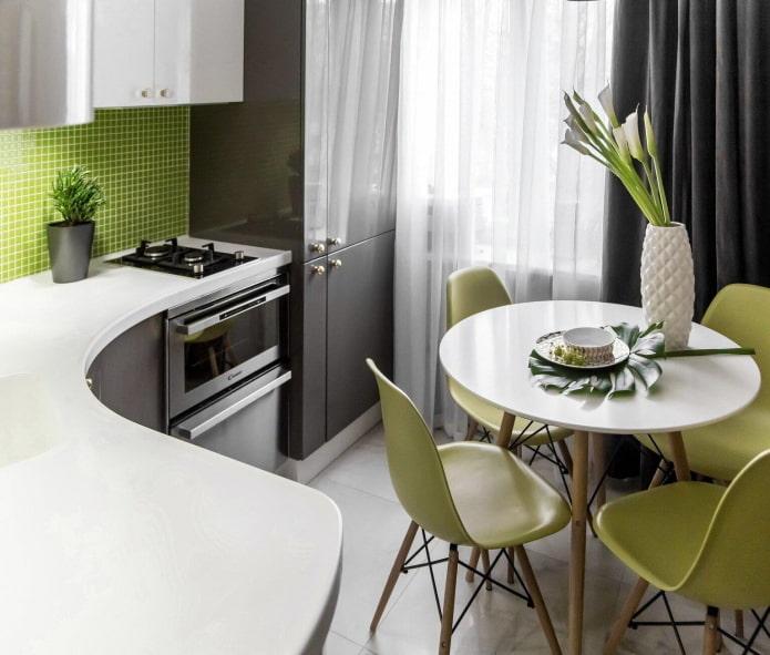 пример размещения стола на крошечной кухне