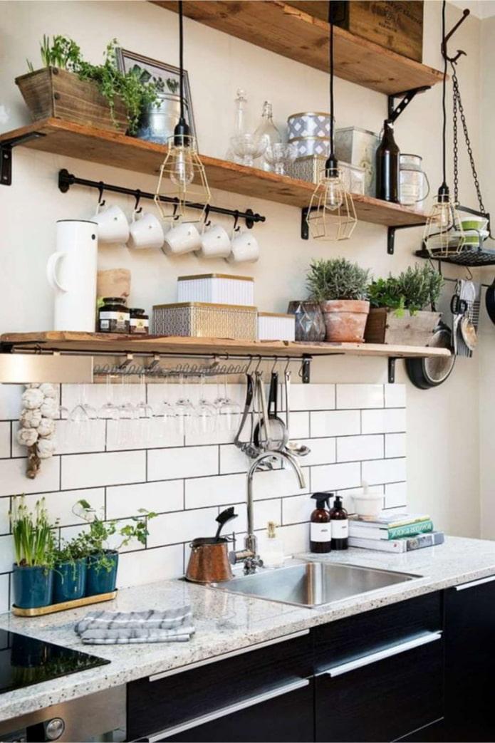 декор на полках в кухне