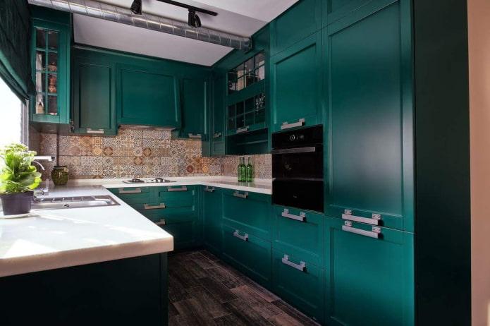 темно-изумрудная кухня с мозаичным фартуком