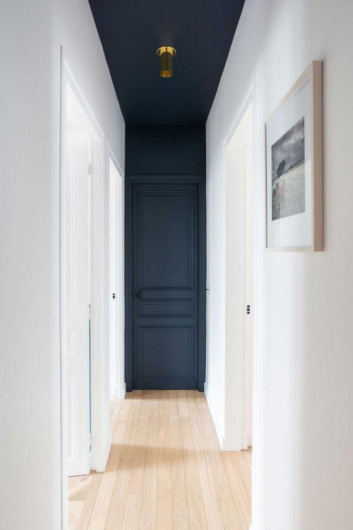 Дверь в цвет стены и потолка