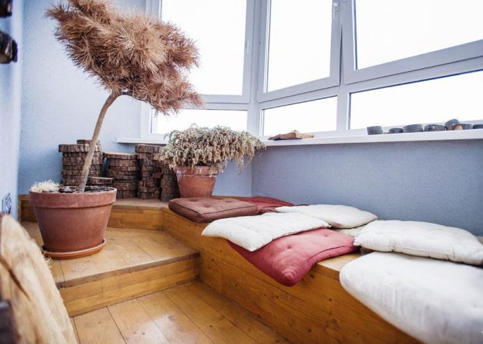 деревянный подиум на балконе