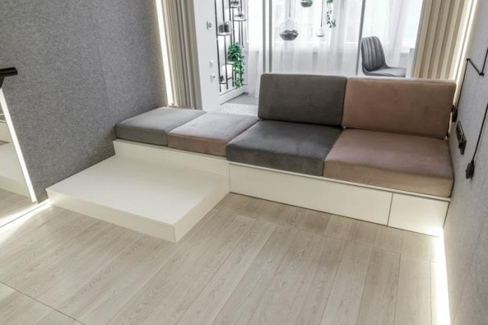 мягкие подушки на подиуме