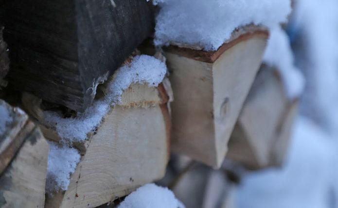дрова под снегом